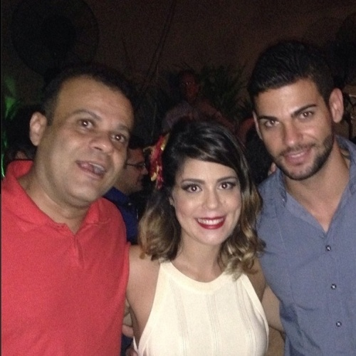"""20.fev.2014 - Bella publica foto ao lado de Daniel do """"BBB11"""" e do cozinheiro Rodrigo. """"Amigos"""", escreveu ela"""
