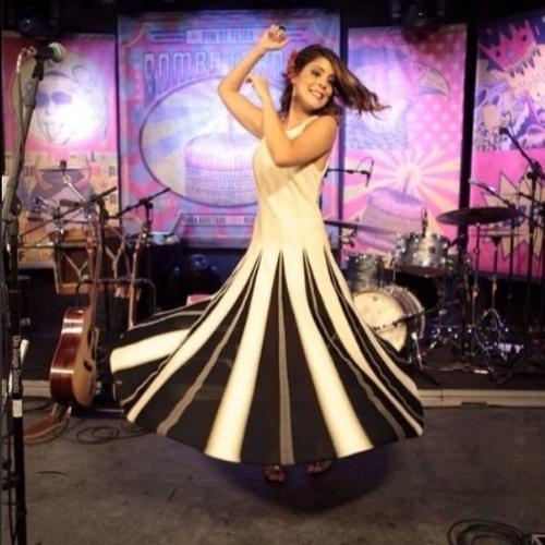 20.fev.2014 - Bella publica foto na gravação do DVD da banda de seu marido, Bruno Lins