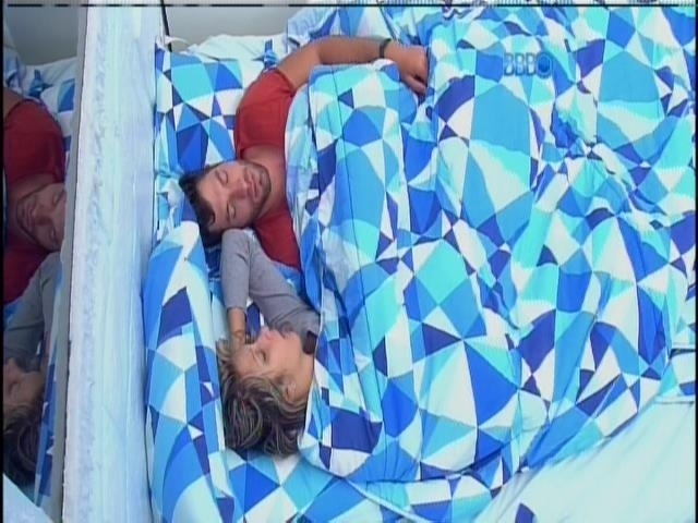 20.fev.2014 - Brothers voltam a dormir. Casal Tatiele e Roni se acomodam no Quarto Sibéria