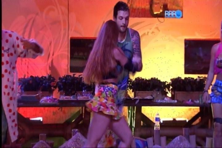 20.fev.2014 - Cássio arrasa em dança com Aline durante a Festa Brou