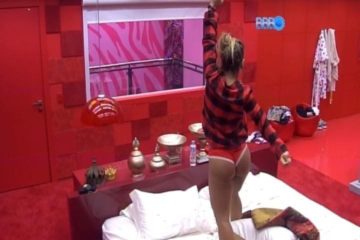 """20.fev.2014 - De calcinha vermelha, Vanessa dança ao som de Aerosmith na cama do quarto do líder. Clara se anima e canta o refrão de """"I Don't Want To Miss A Thing"""""""