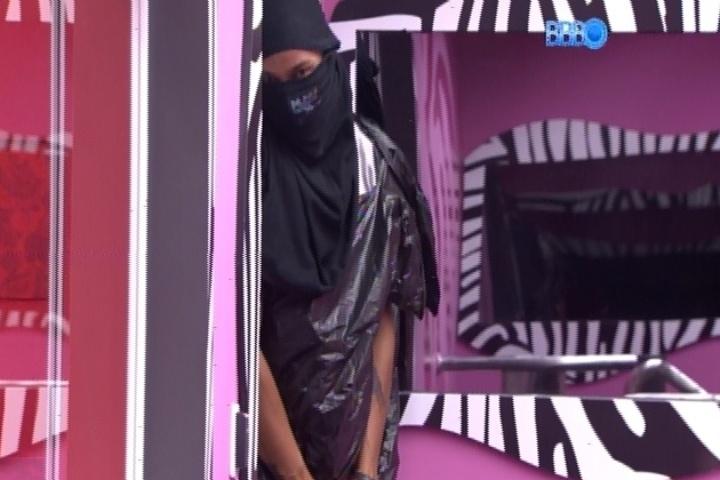 20.fev.2014 - Disfarçado com saco de lixo e camiseta preta, Valter prega susto em Vanessa e Clara no quarto do líder