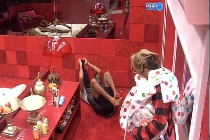 20.fev.2014 - Disfarçado com saco de lixo e camiseta preta, Valter prega susto em Vanessa e Clara no quarto do líder. Na sequência, o rapper não aguenta e cai no chão de tanto rir