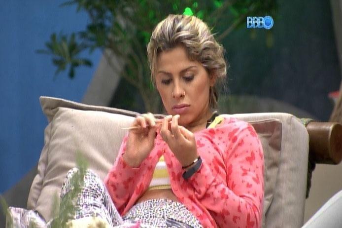 """20.fev.2014 - Por beijo, Clara e Vanessa chamam Marcelo e Letícia de """"idiotas"""""""