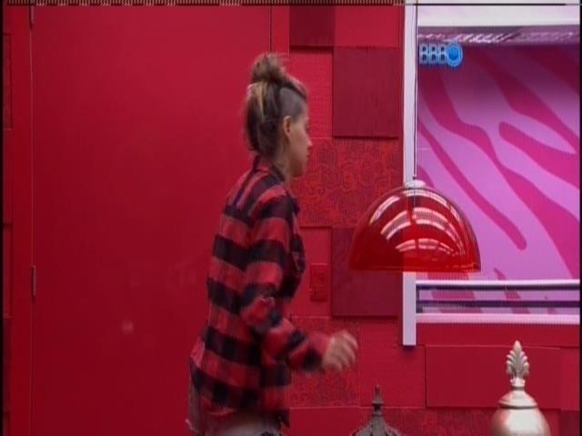 20.fev.2014 - Vanessa grava o raio-x e volta para o quarto do líder