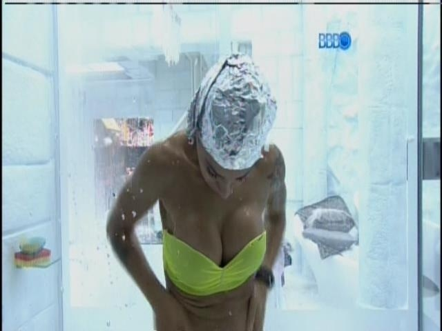 20.fev.2014 - Vanessa toma banho para tirar produto do corpo