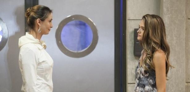 """Em """"Além do Horizonte"""", Angelique se irrita ao ver Lili no laboratório"""
