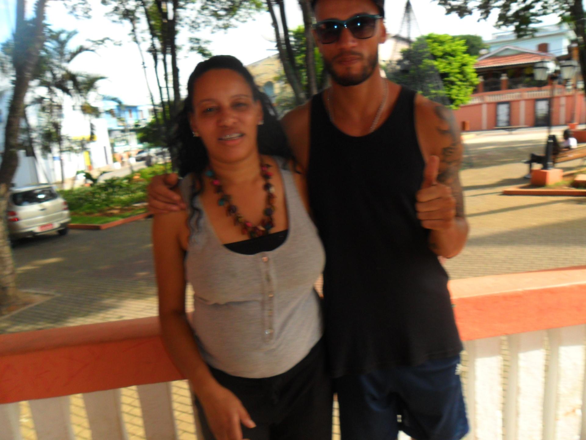O rapper Valter Slim ao lado da irmã Andréa Araújo. Ela é assistente social e tem 38 anos, três anos mais do que o brother