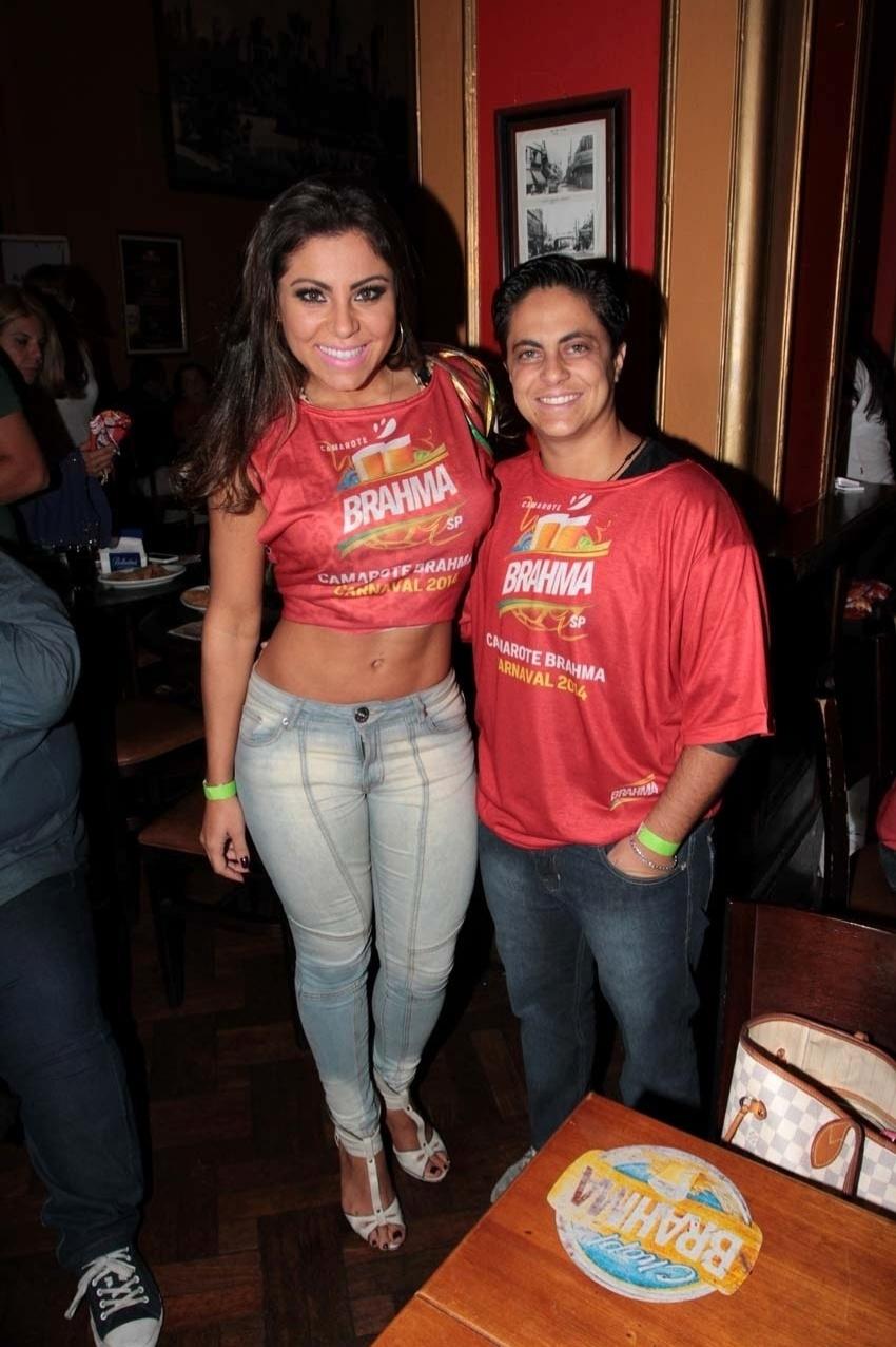 Thammy Miranda e a namorada, Andressa Ferreira, marcam presença no pré-carnaval do Bar Brahma, em São Paulo