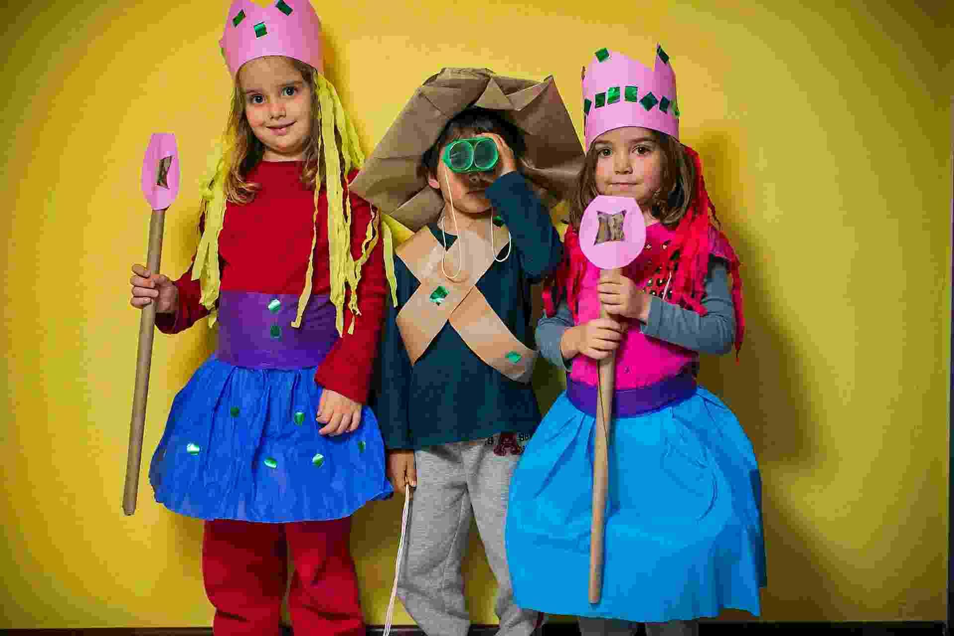 As crianças estão sempre querendo fantasias novas. Uma alternativa econômica e que rende momentos de diversão em família é fazer com elas um modelo com diferentes tipos de papel - Leonardo Soares/UOL