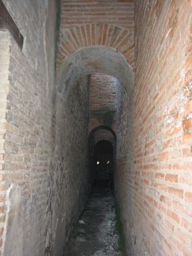 Alguns trechos de antigas construções de Pompeia permanecem intactos, como esse corredor em uma residência