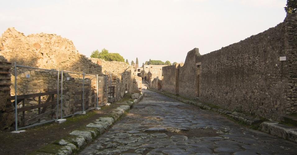 As ruas de Pompeia antiga tinham estrutura similar às de hoje, com calçadas para pedestres e local para tráfego de veículos