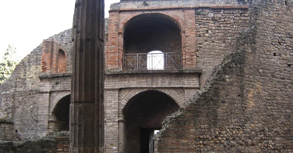 Parte externa do Teatro Grande, um dos locais de entretenimento na antiga cidade de Pompeia. Construído no século 2 a.C., tinha capacidade para até 5000 pessoas
