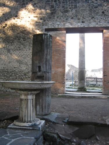 Fonte de água se mantém preservada na parte externa do Quadripórtico dos Teatros, espécie de grande jardim onde os espectadores podiam se reunir nos intervalos das apresentações do Teatro Grande e do Teatro Pequeno
