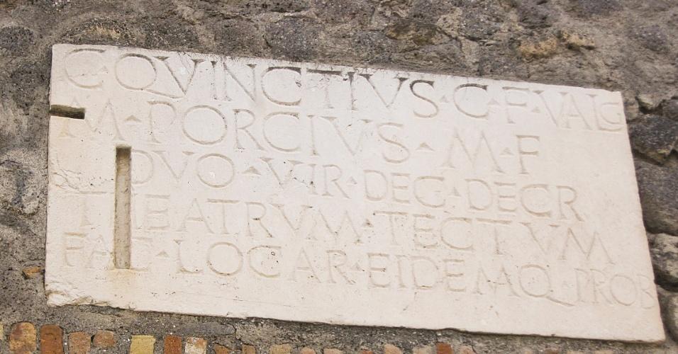 Placas com nomes e homenagens permaneceram preservadas em muitos locais de Pompeia, dando pistas de quem eram seus habitantes e ilustres moradores
