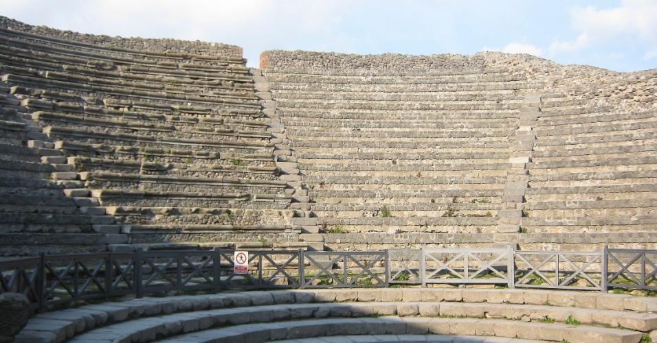 O Teatro Pequeno fazia parte do complexo de entretenimento que também inclui o Teatro Grande e o Quadripórtico dos Teatros. O local era destinado a apresentações teatrais e musicais de menor porte