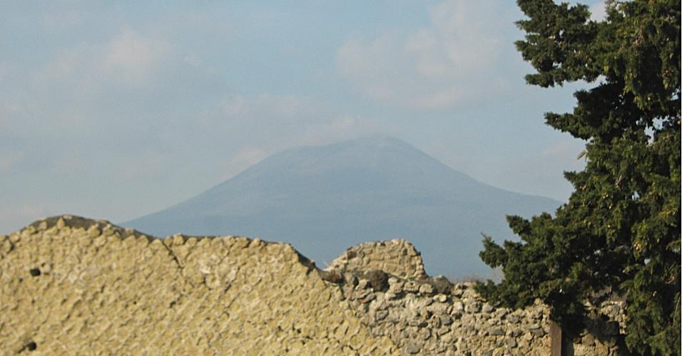 Próximo à antiga Pompeia, vulcão Vesúvio é visto por entre as ruínas da cidade que ajudou a destruir no ano de 79 d.C.