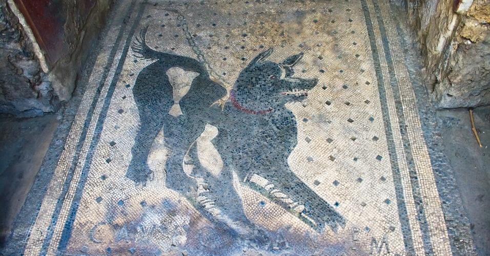 Mosaico com a figura de um cachorro é um dos itens preservados nas ruínas da cidade de Pompeia, na Itália