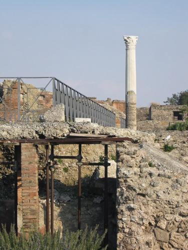 Quase dois mil anos depois, coluna ainda permanece em pé na antiga cidade de Pompeia, destruída pelo vulcão Vesúvio em 79 d.C.