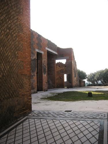 Algumas construções permanecem praticamente intactas, faltando apenas a cobertura do teto. Mosaicos no chão foram preservados pela grande cobertura de cinzas do vulcão