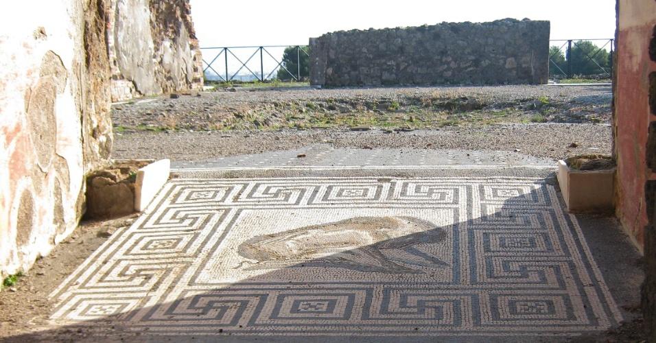 Mosaico com desenhos permanece intacto em antiga construção da cidade de Pompeia, destruída pelo vulcão Vesúvio em 79 d.C.