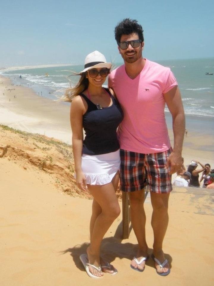 """Rodrigão, do """"BBB11"""", curte praia na companhia da irmã Giovana Gomes. Ao 21 anos, ela é gestora de marketing, modelo e estudante de pós-graduação em comunicação"""