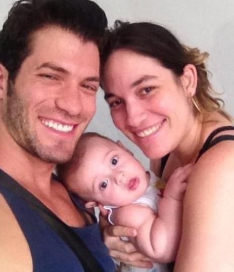 Roni paparica o sobrinho ao lado da irmã Tatiana Mazon