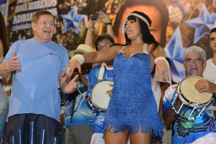 20.fev.2014 - A rainha de bateria Raíssa Oliveira com Boni no penúltimo ensaio da Beija-Flor