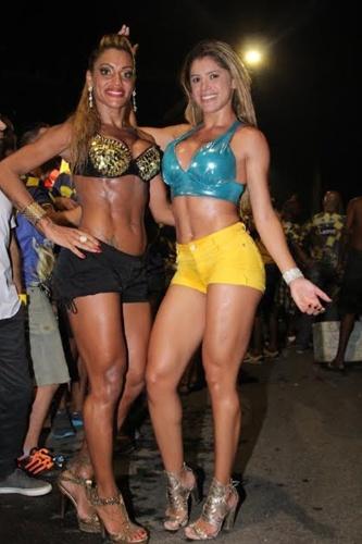 20.fev.2014 - Ana Paula Evangelista, ex-rainha da Mocidade, e a mallandrinha Natália Carvalho estiveram em ensaio da Unidos da Tijuca no Centro do Rio