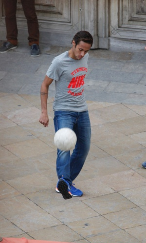 20.fev.2014 - Neymar faz embaixadinha durante gravação de comercial em Barcelona