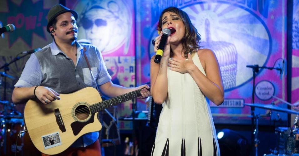 """21.fev.2014 - Bella canta com o marido Bruno Lins, apelidado por ela de """"Bigode"""", na gravação do DVD do amado e sua banda"""
