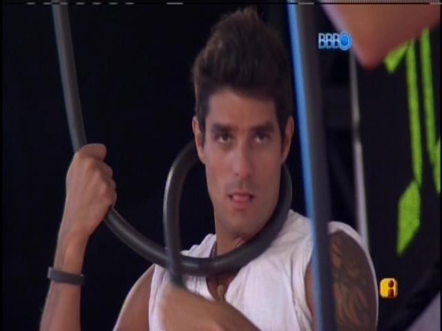21.fev.2014 - Diego brinca cabo durante a prova do líder