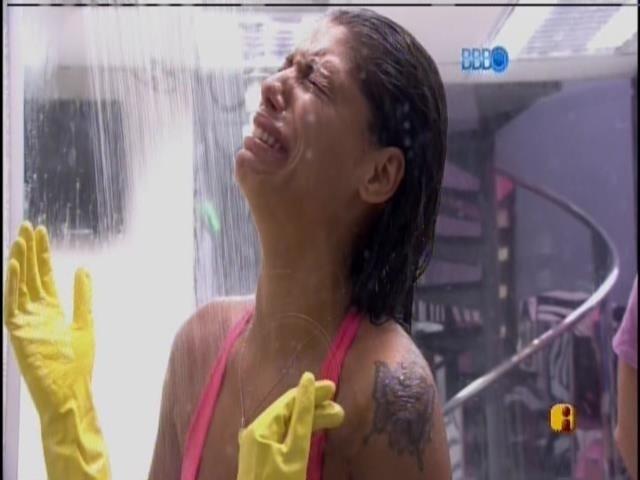 21.fev.2014 - Fran chora de dor nas mãos depois da prova de resistência