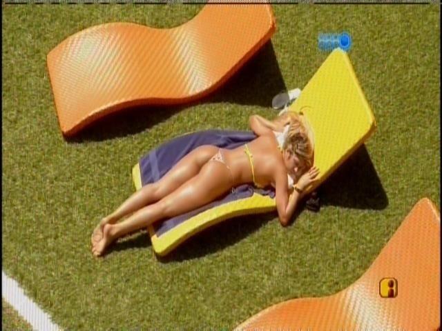 21.fev.2014 - Tatiele toma sol sozinha na beira da piscina