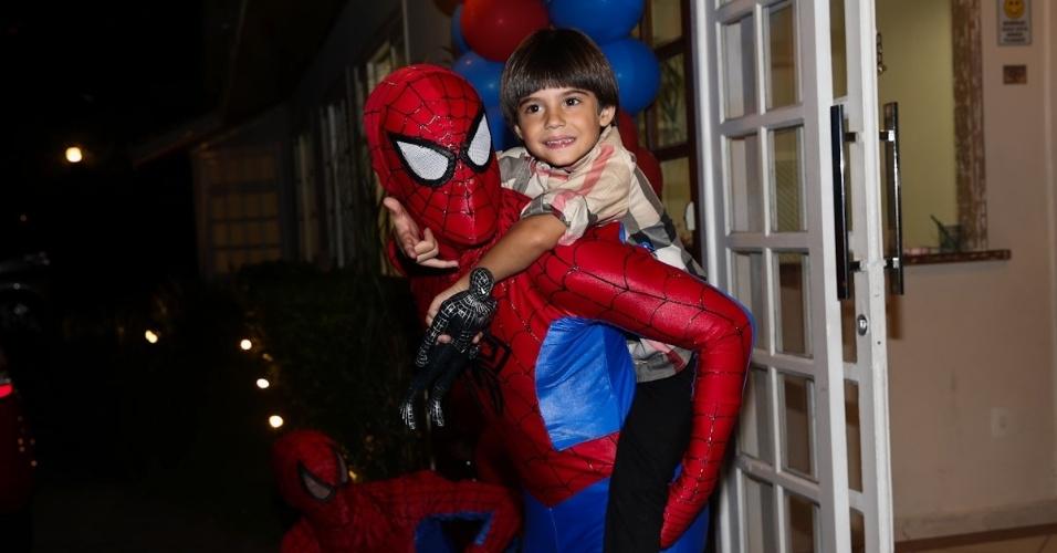 """21.fev.2014 - Záion se diverte com o """"Homem-Aranha"""" em seu aniversário de cinco anos. A festa acontece em um buffet em Alphaville, em São Paulo"""