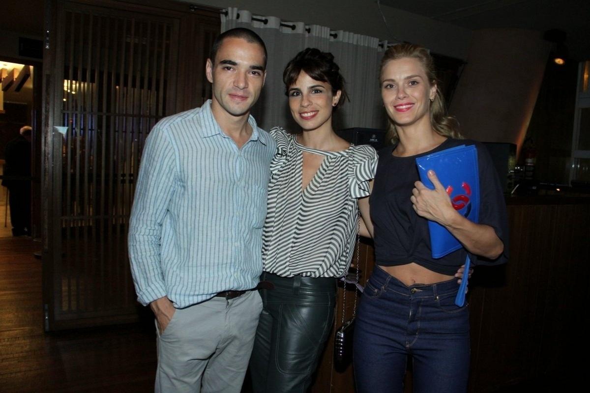 21.fev.2014- De barriga de fora, Carolina Dieckmann curte show de Tiago Abravanel com Caio Blat e Maria Ribeiro
