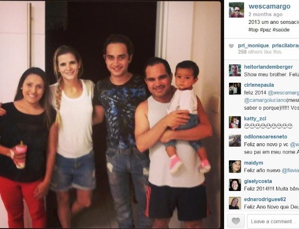 21.fev.2014- Wesley com o pai Luciano (com a neta no colo), a mulher Thais Fraga e Flávia