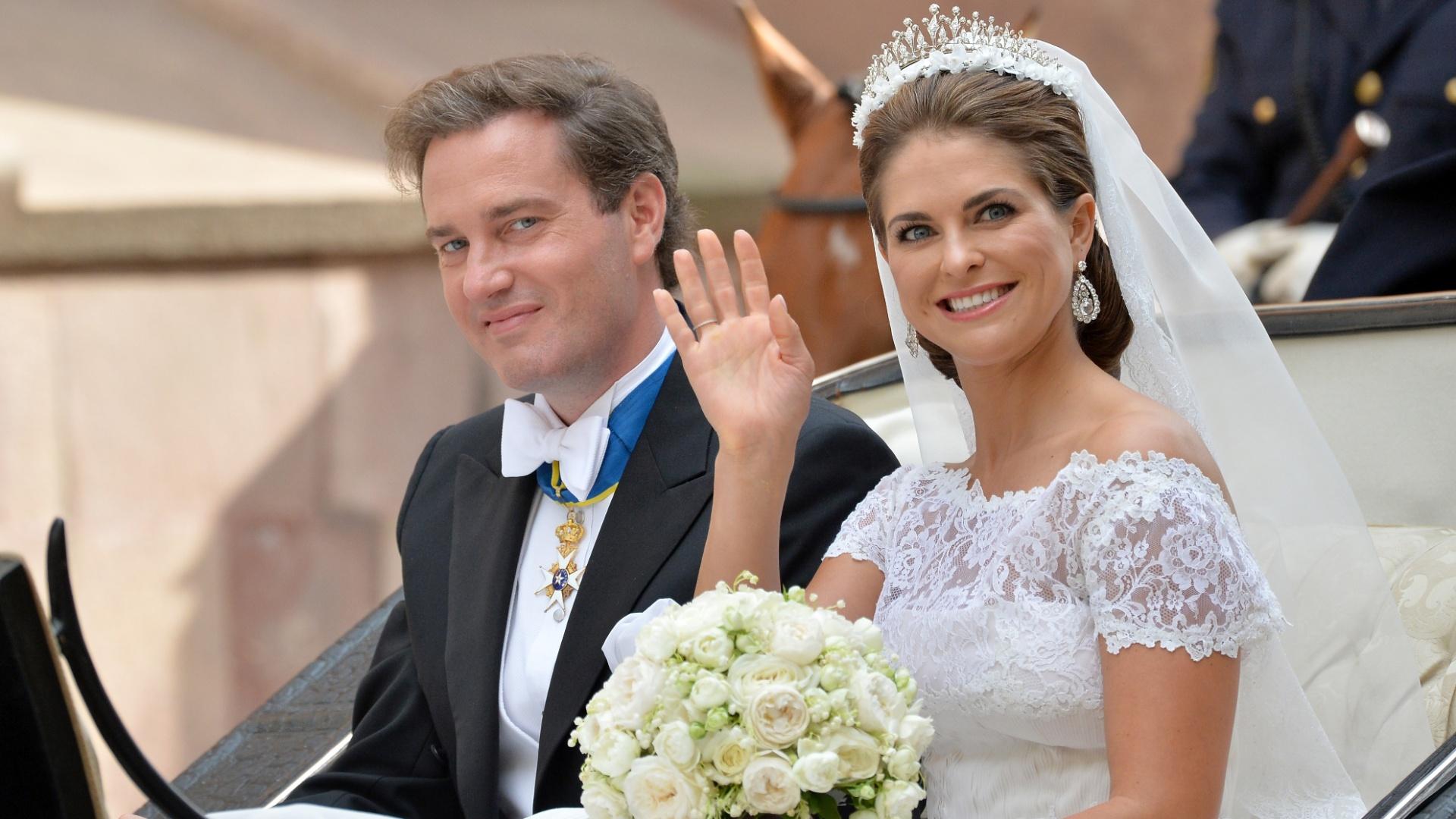 8.jun.2013 - Christopher O'Neill e princesa Madeleine da Suécia passeiam de carruagem após o casamento no Palácio Real, em Estocolmo