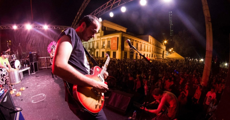Fev.2013 - Bloco Cru se apresenta para multidão com a vocalista Lu Baratz, no Rio de Janeiro