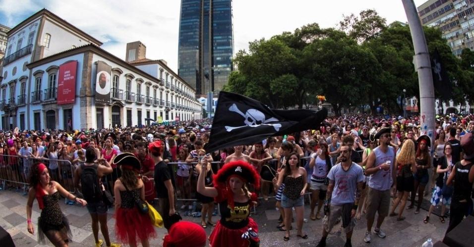 Fev.2013 - Foliões fantasiados curtem apresentação do Bloco Cru, no Rio de Janeiro