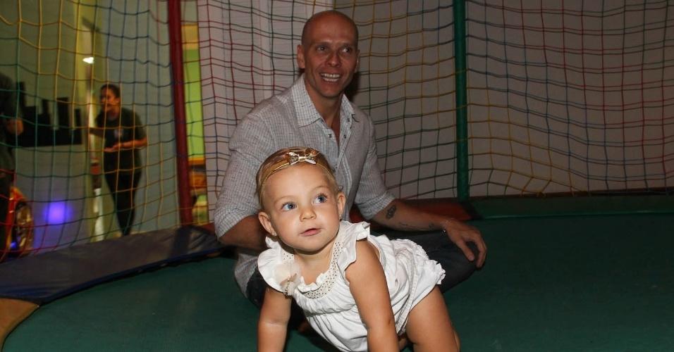 21.fev.2014 - Xuxa se diverte com a filha no aniversário de Záion, filho de Mari Alexandre e com Fábio Jr., em São Paulo