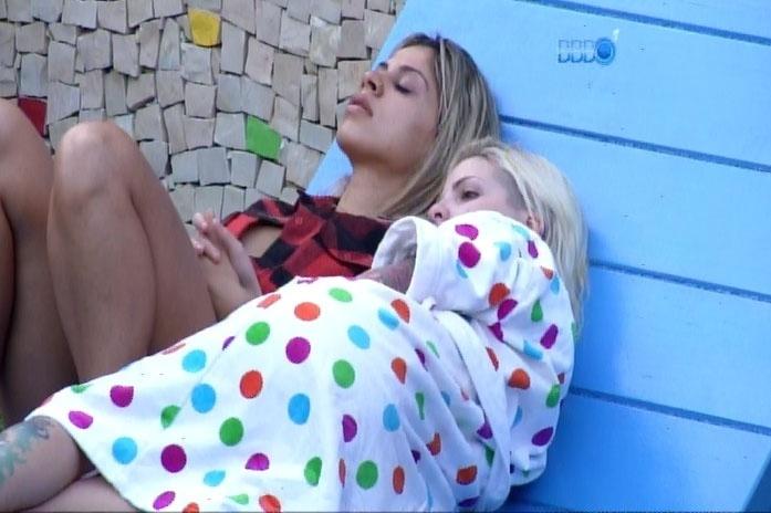 22.fev.2014 - Abraçada a Clara, Vanessa diz temer