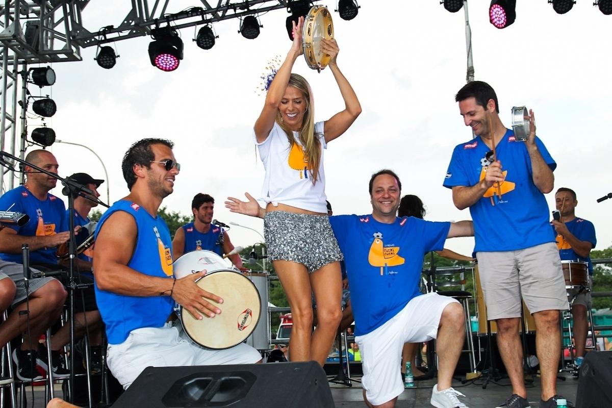 22.fev.2014 - Adriane Galisteu é madrinha de bateria do bloco de Carnaval da Banda Gueri Gueri. A apresentadora participou do evento realizado pelo bloco na tarde deste sábado (22), no Parque do Ibirapuera, em São Paulo