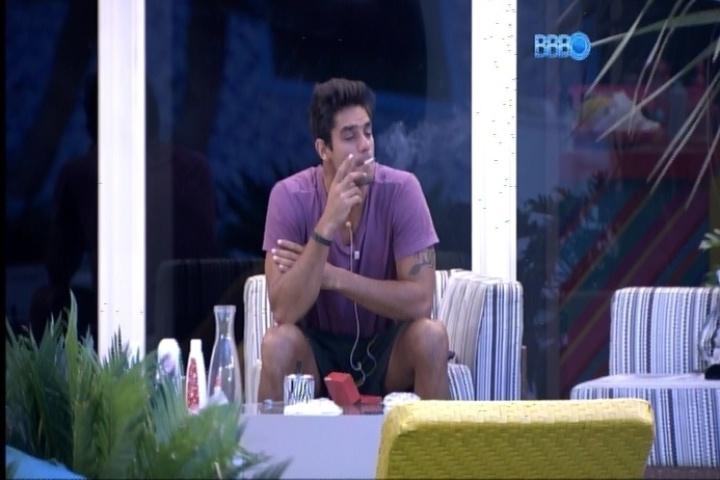 22.fev.2014 - Diego levanta às 5h55 da manhã para fumar, mas vai dormir logo em seguida
