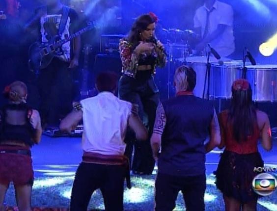 """22.fev.2014 - Fã declarada de """"Big Brother Brasil"""", Ivete Sangalo recebe os brothers na Festa Viva Espanha cantando a primeira música da noite, """"Tempo de Alegria"""""""