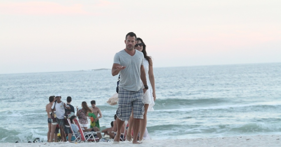 22.fev.2014 - Grávida de Malvino Salvador, Kyra Gracie exibe barriguinha em praia do Rio. O casal foi clicado na Barra da Tijuca, na tarde deste sábado (22), no Rio