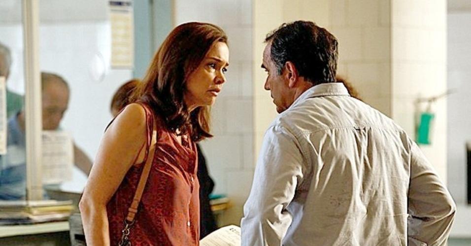 22.fev.2014 - Helena leva susto ao ver que Laerte esteve no hospital com Luiza