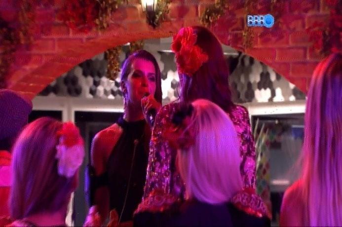 22.fev.2014 - Incentivados por Ivete Sangalo, Angela e Valter cantam na Festa Viva Espanha; a advogada cantou