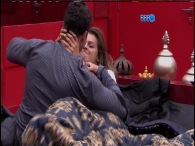 22.fev.2014 - Marcelo e Angela fazem as pazes e brincam na cama