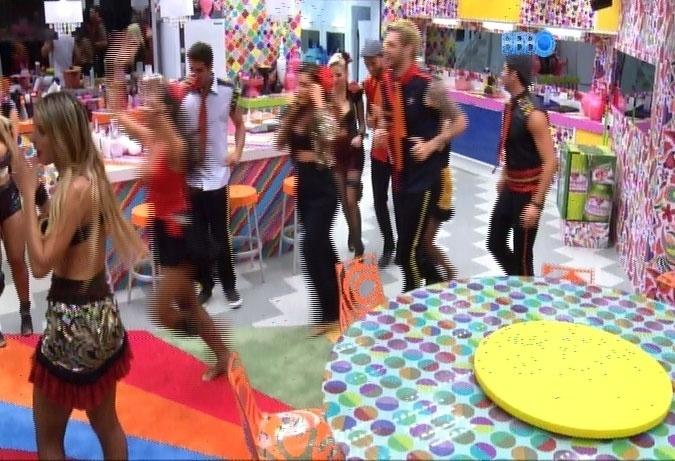 """22.fev.2014 - Sem parar de cantar, Ivete saiu do palco e passeou pela casa do """"Big Brother Brasil"""", sempre acompanhada por todos os brothers"""